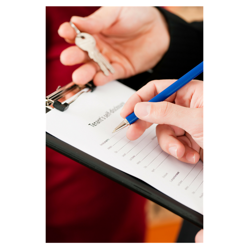 one hand filling out a tenant form with a blue pen and another hand holding a set of keys